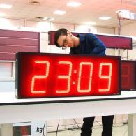 Display orologio gigante a led rosso TM23 protetto da agenti atmosferici con GPS